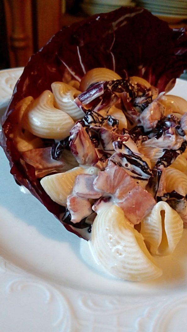 Pipe s panceto in radičem, odlična jed, ki se pripravi tik tak.
